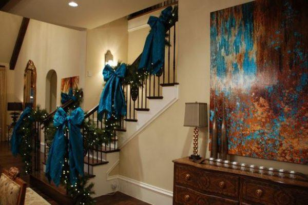 How to decorate a staircase for Christmas 1