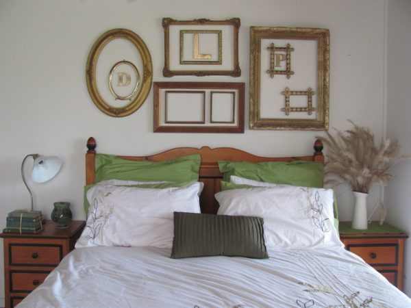 decorate-the-wall-above-the-bed-with-empty frames