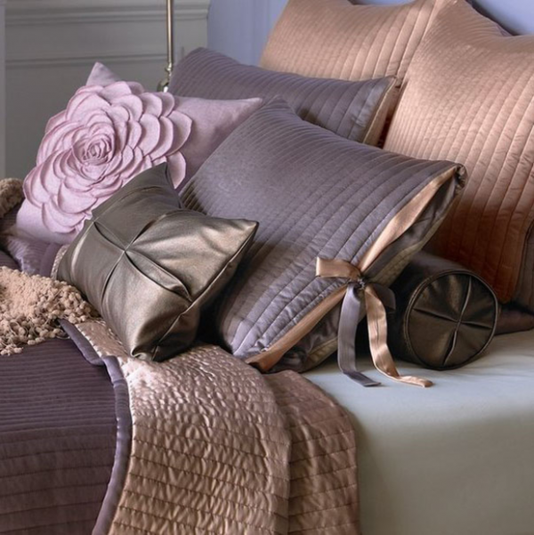 bed decorative pillows