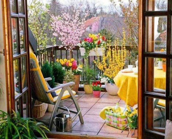 11 lovely small balcony decorating ideas little piece of me for Fall balcony decorating ideas