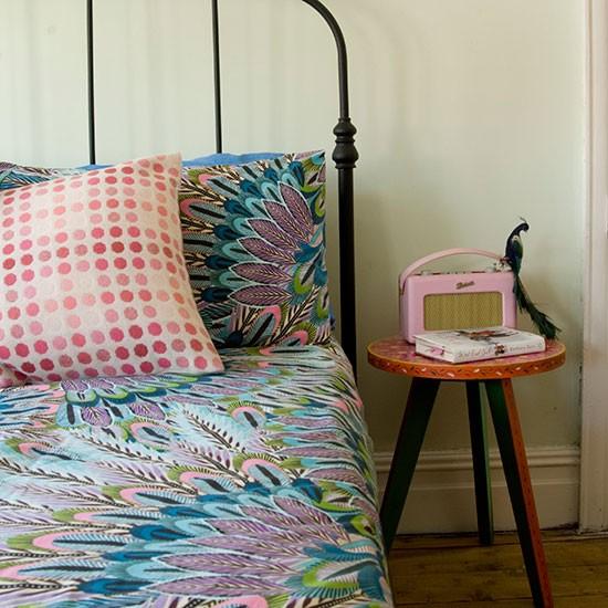 lindo-quarto-decorado-com-bbanco-como-mesinha-de-cabeceira